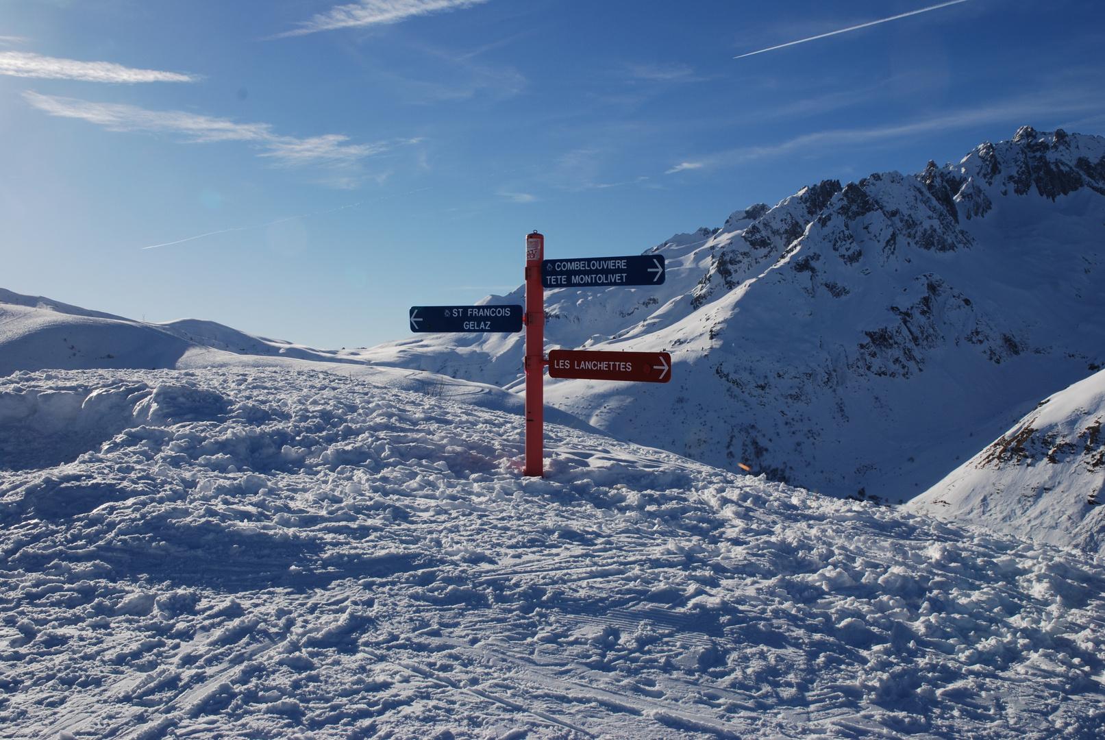 Wegweiser im Schnee