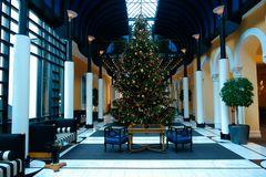 Weihnachtsbaum in Hotel-Halle