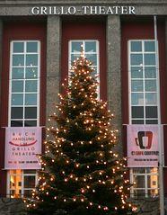 weihnachtsbaum vor dem grillo-theater