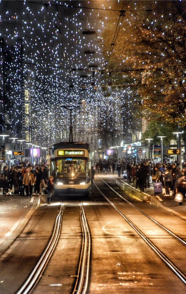 Zürich Weihnachtsbeleuchtung.Weihnachtsbeleuchtung Lucy In Der Bahnhofstrasse Von Zürich Foto