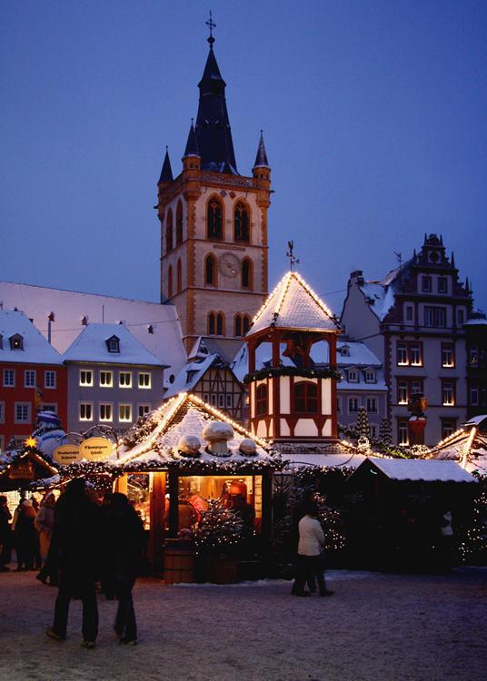 Weihnachtsmarkt In Trier.Weihnachtsmarkt In Trier Mit Schnee 1 Foto Bild Gratulation