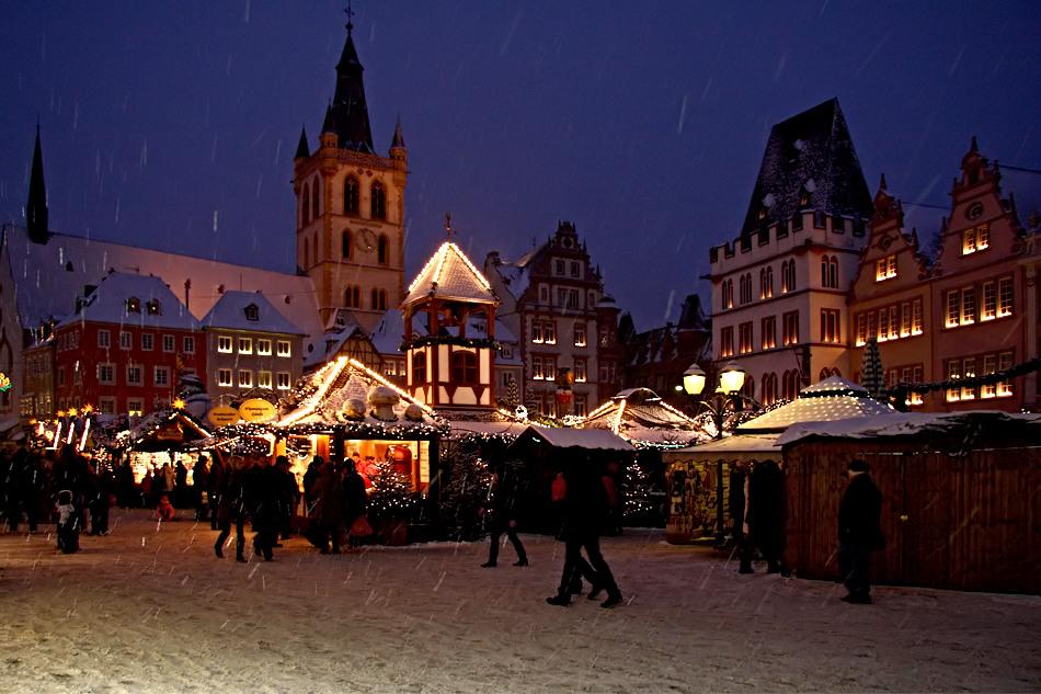 Weihnachtsmarkt In Trier.Weihnachtsmarkt In Trier Mit Schnee 3 Foto Bild Gratulation