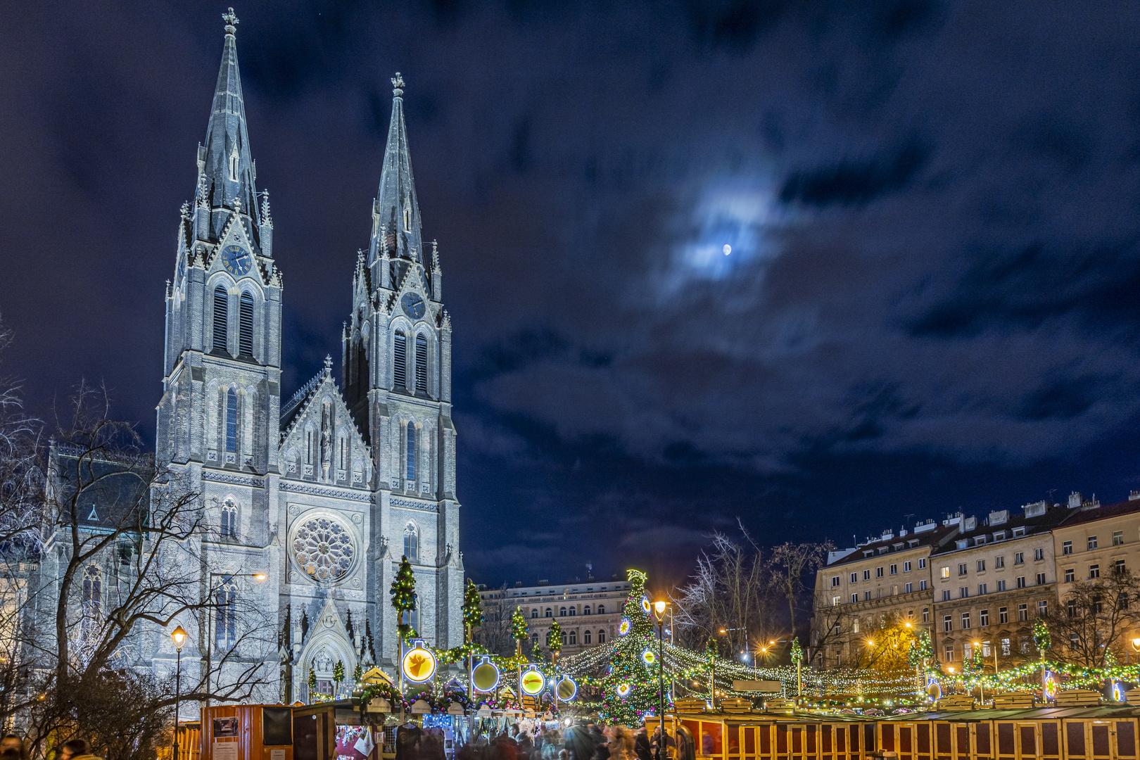 Weihnachtsmarkt mit Mond