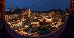 Weihnachtsmarktpanorama zur blauen Stunde