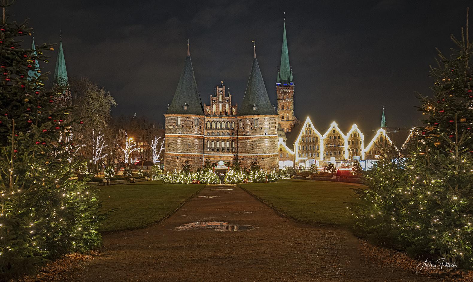 Weihnachtsstimmung am Holstentor in Lübeck