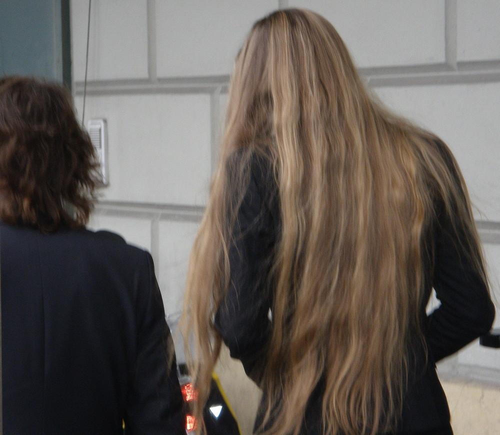 weil Peter etwas kleiner ist sind Tanjas Haare umso länger