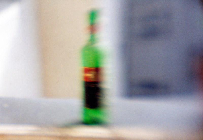 Weinflasche am Fenster