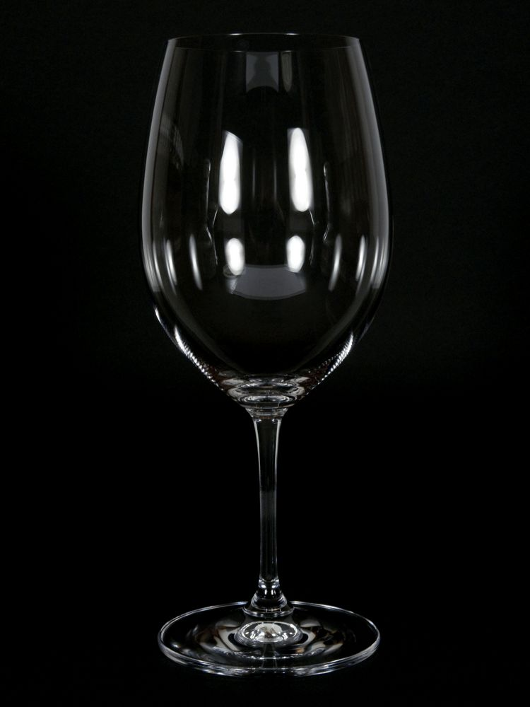 Weinglas (schwarzer Hintergrund)