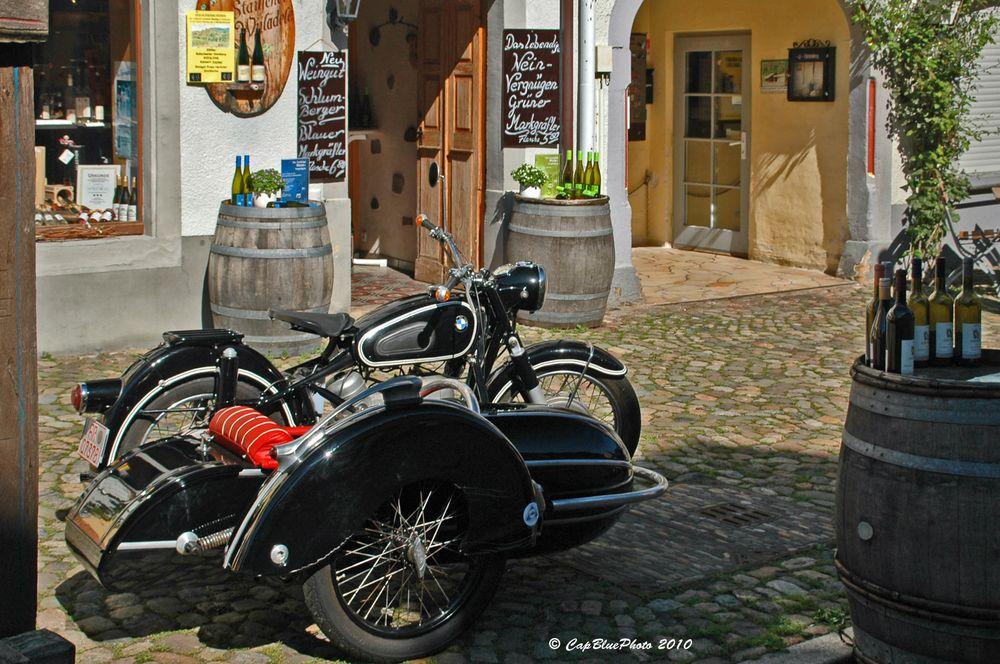 Weinhandlung mit BMW Motorrad und Seitenwagen