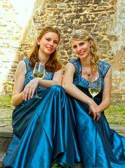 Weinköniginnen vor alten Mauern