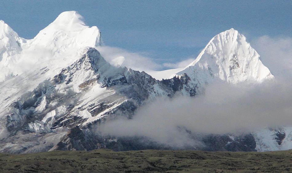 weiß sind Berge und Wolken, blau Himmel und Regen- Tibet 2007
