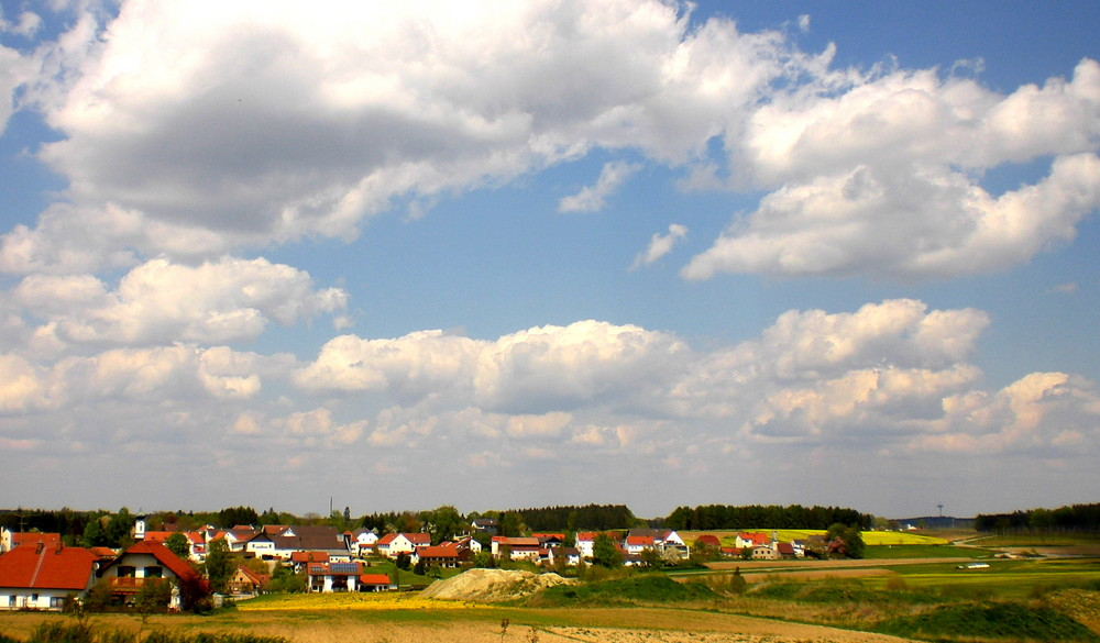 weißblauer Himmel über Bayern