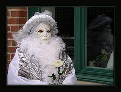 Weiße Federn mit Rose