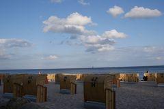 Weiße Wolken über Sand