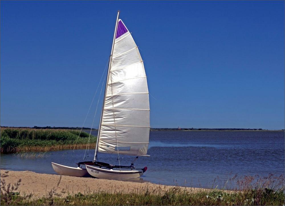 Weißes Segel vor blauem Himmel