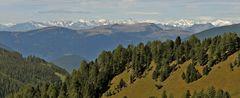 Weitblick bis über 80 km aus dem Grödnertal zu den Alpen im Westen...