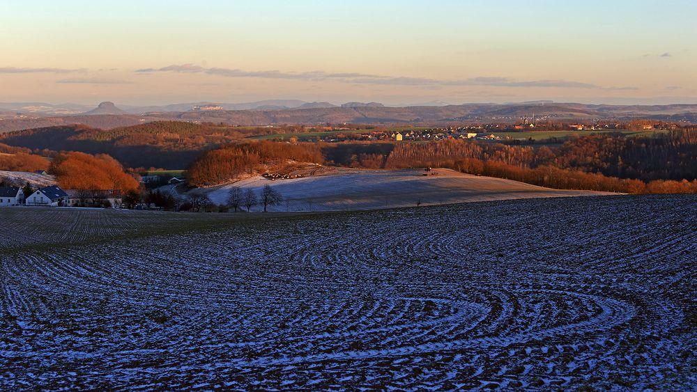 Weiter Blick kurz vor Sonnenuntergang über das Müglitztal in die Sächsische Schweiz...