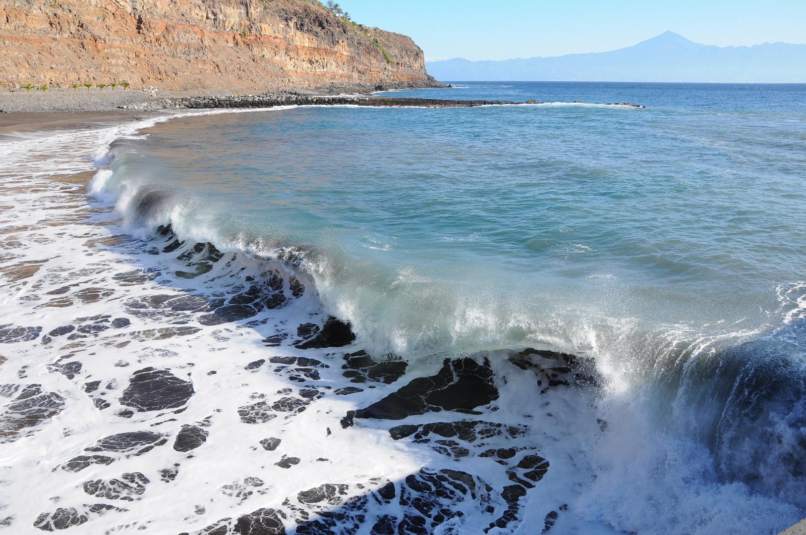 Welle auf La Gomera mit Blick zum Teide
