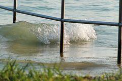 Wellen hinter Gitter