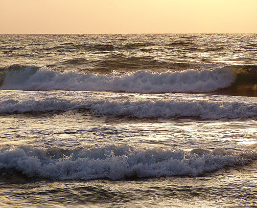 Wellen im Sonnenaufgang
