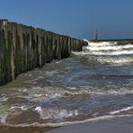 Wellenbrecher am Strand von Cadzand bei der Arbeit