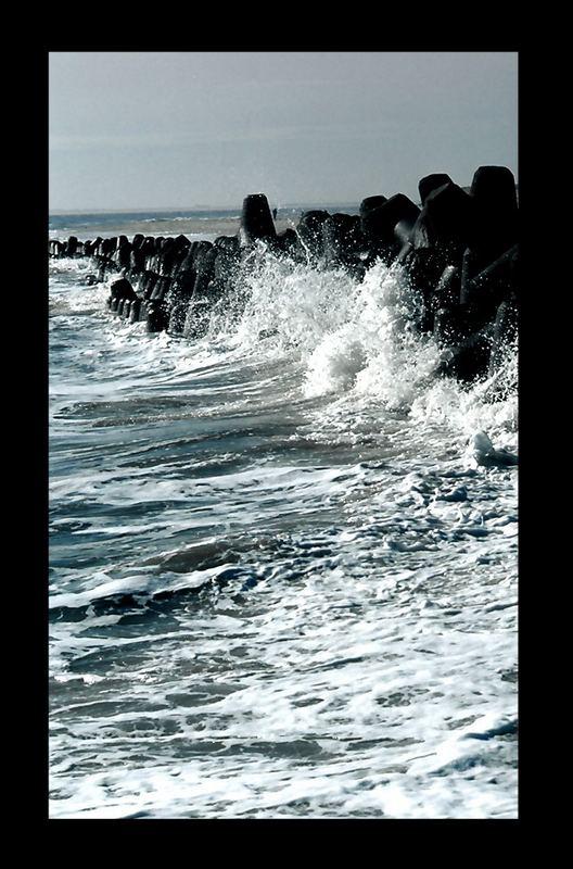 Wellenbrecher in Abendlicht