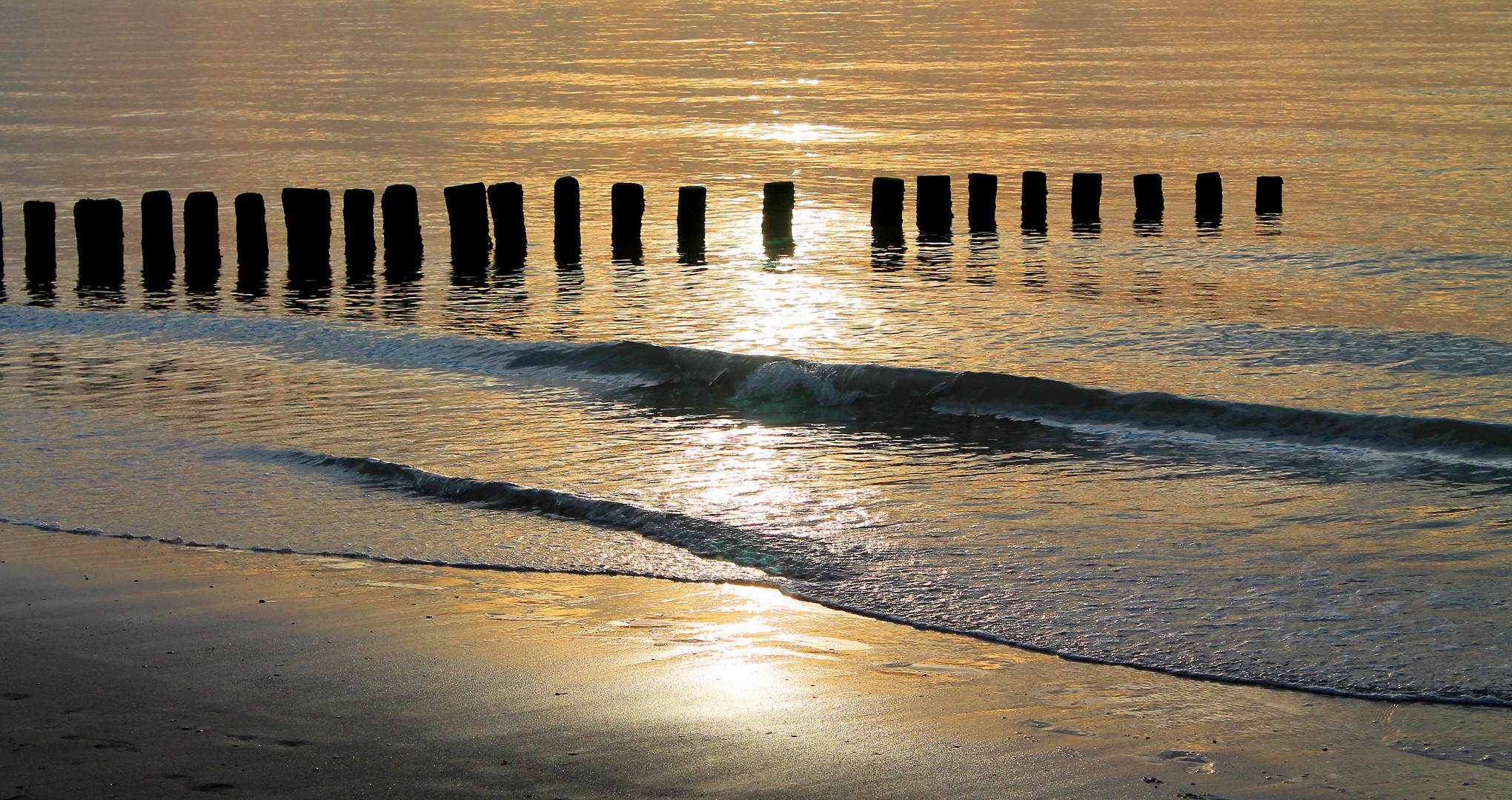 Wellenbrecher in der Dämmerung