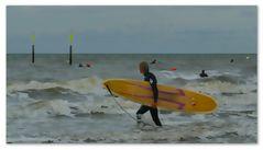 Wellenreiter am Strand von St. Peter Ording