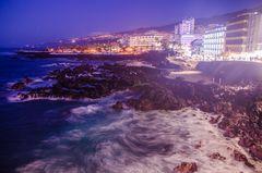 Wellenumspülte Steine am Punta del Viento in Puerto della Cruz (Teneriffa, Spanien) bei Nacht
