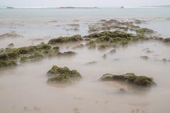 Wellenumspülte Steine am Strand von Las Palmas - Gran Canaria (Spanien)
