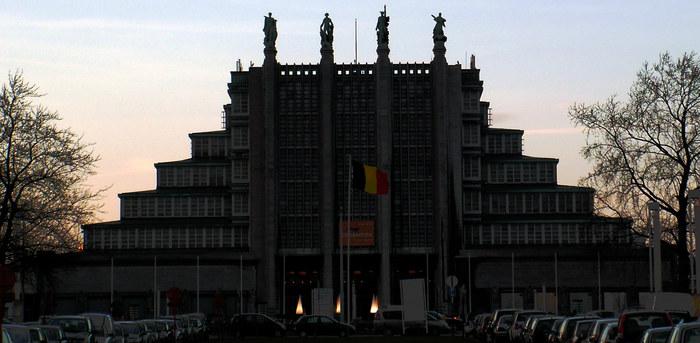 Weltausstellungsgebäude in bunt bei Sonnenuntergang