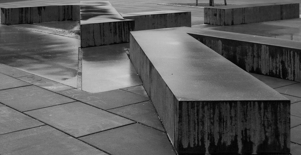 wenig einladende betonsitzflächen...