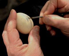 Wenn Eier von zarter Frauenhand bepinselt ist Ostern nicht mehr fern