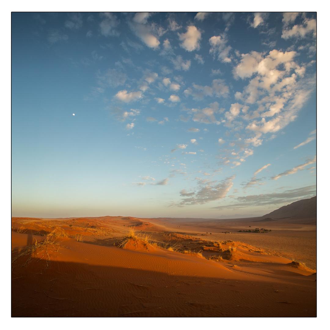 Wenn Zwei eine Reise.../0025 Namibia - Namib mit Wölkchen