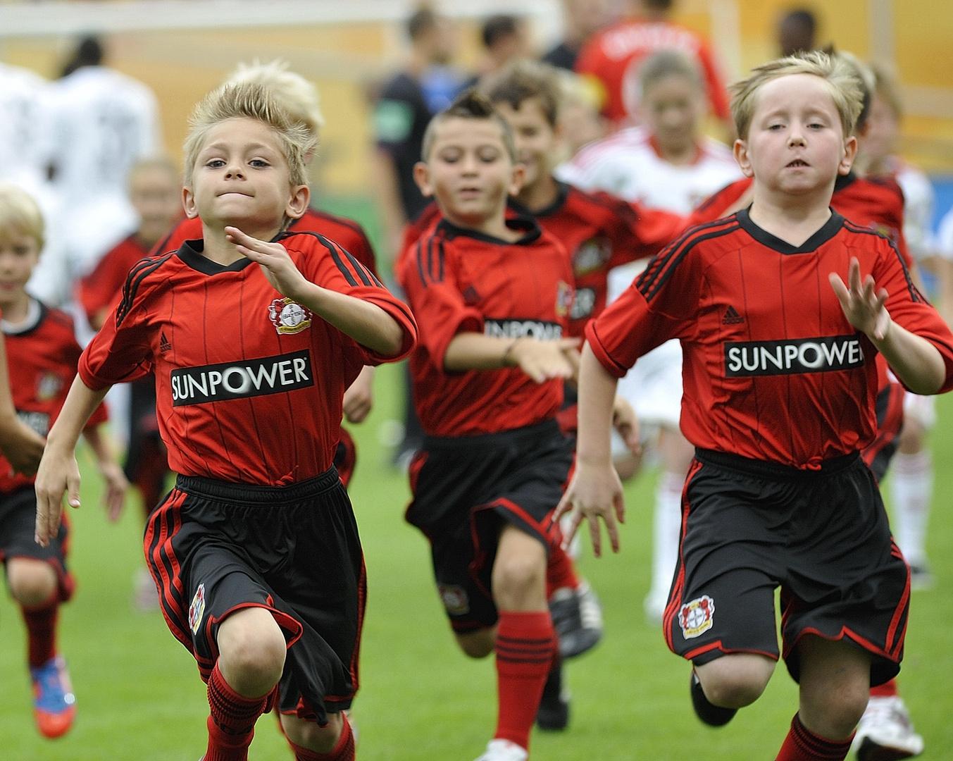 Wer ist schneller vom Feld? Die Fußball-Einlaufkinder