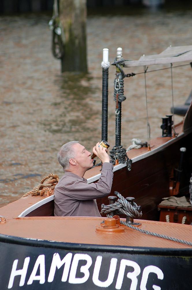 Wer Juno raucht und aus der Flasche  trinkt der ist auch bei der Arbeit flink