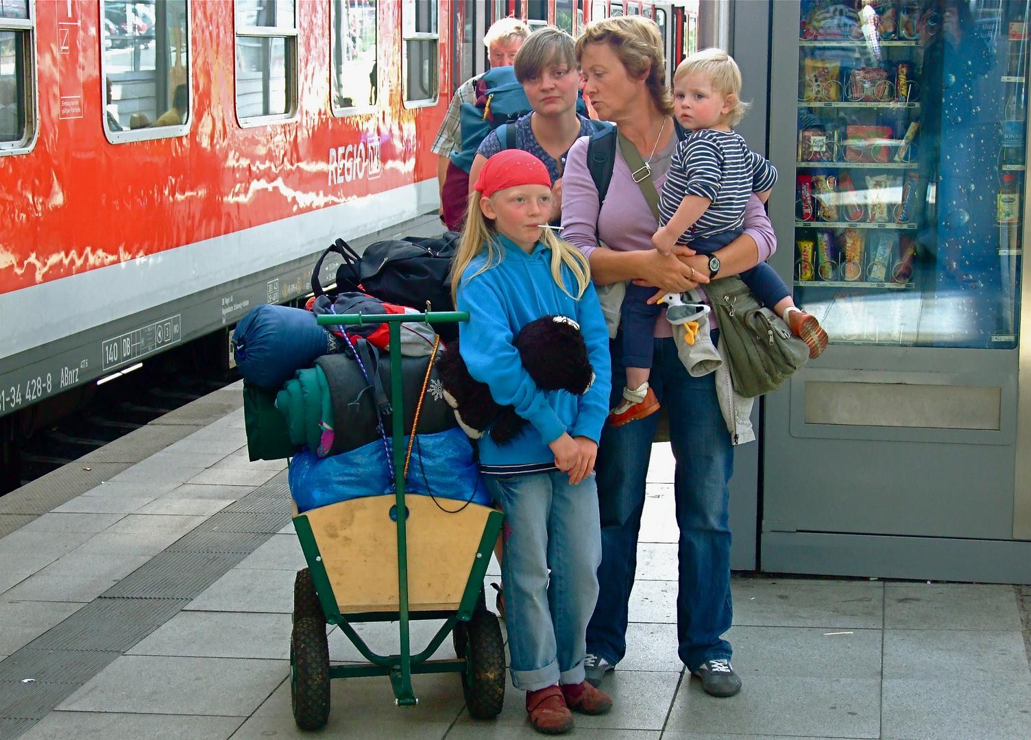 °°° Wer kommt denn da mit Zug und Bollerwagen angereist - Die Mama und die Mira°°°