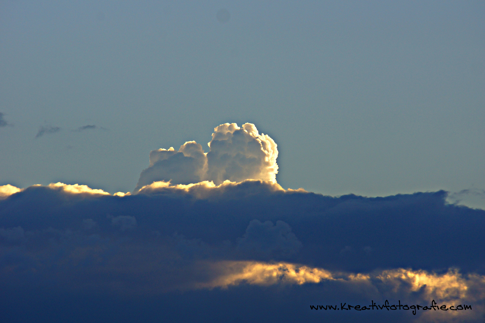 Wer kuckt denn da über die Wolken ?