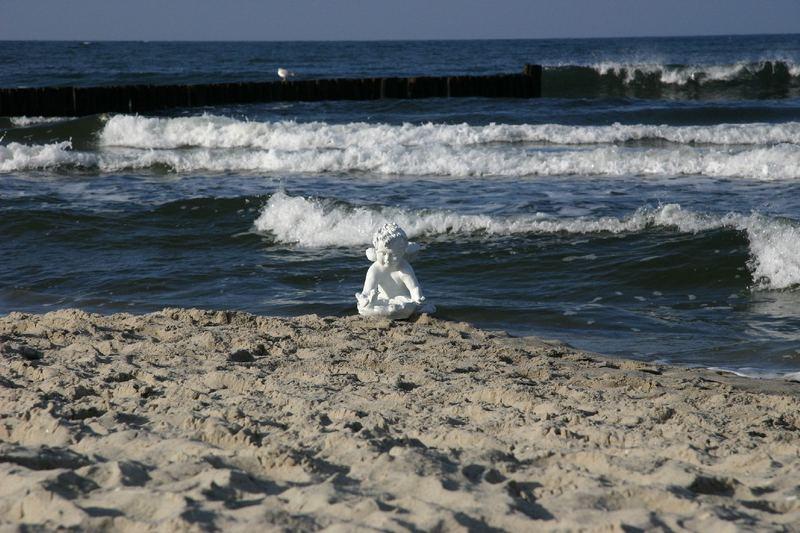 Wer sitzt denn da am Meeresstrand?