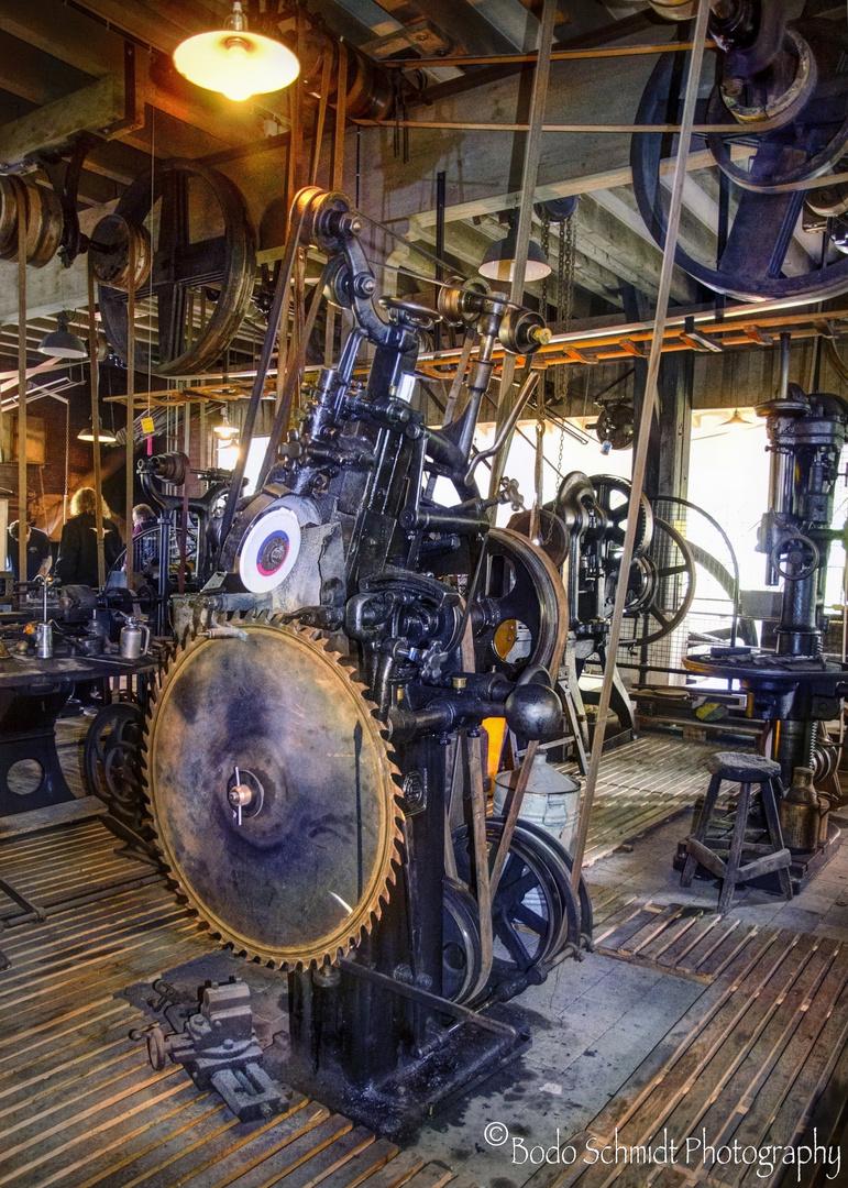 Werkzeug mit Riemenantrieb durch eine Dampfmaschine