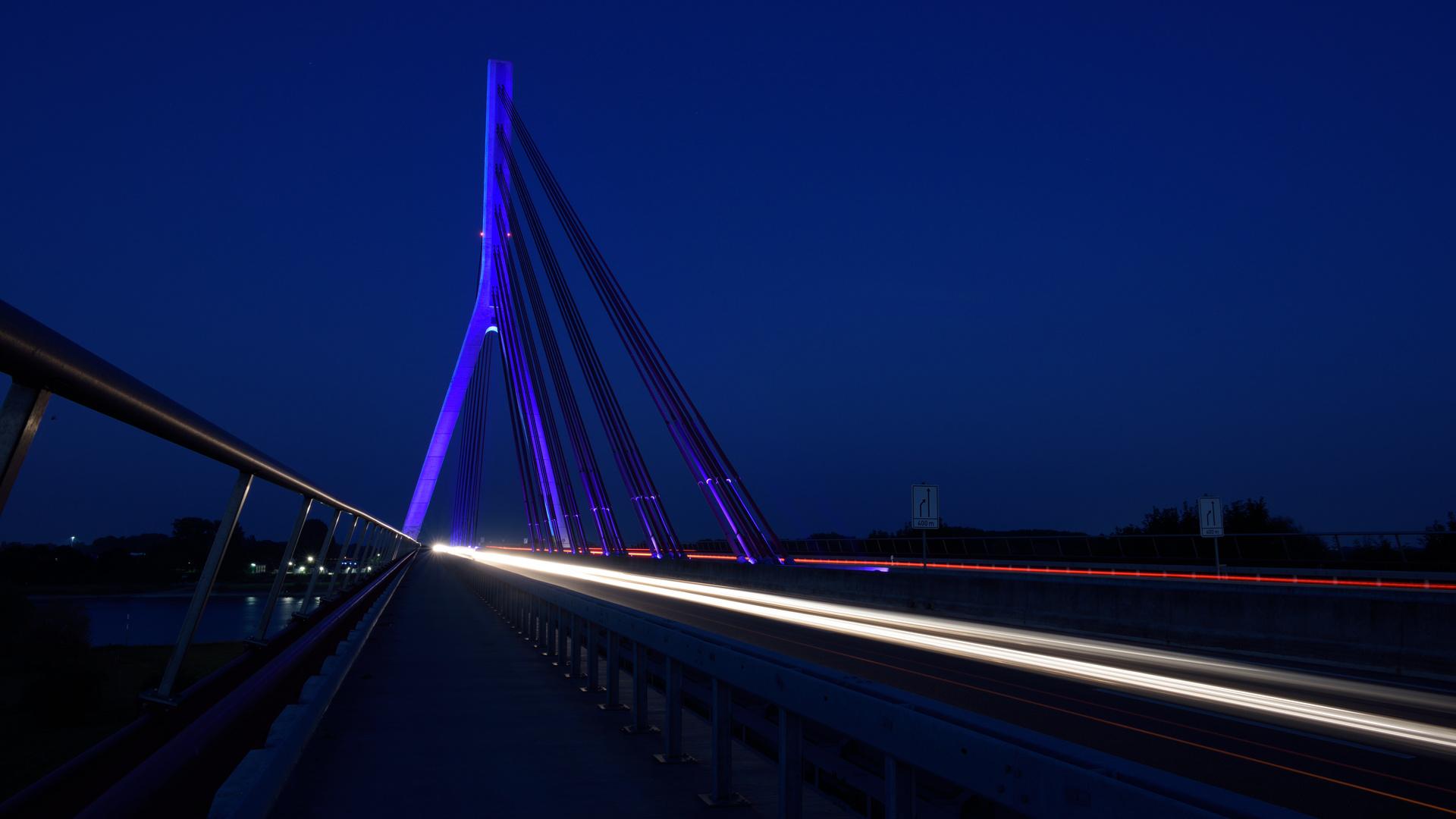 Weseler Brücke mit Lichtspuren