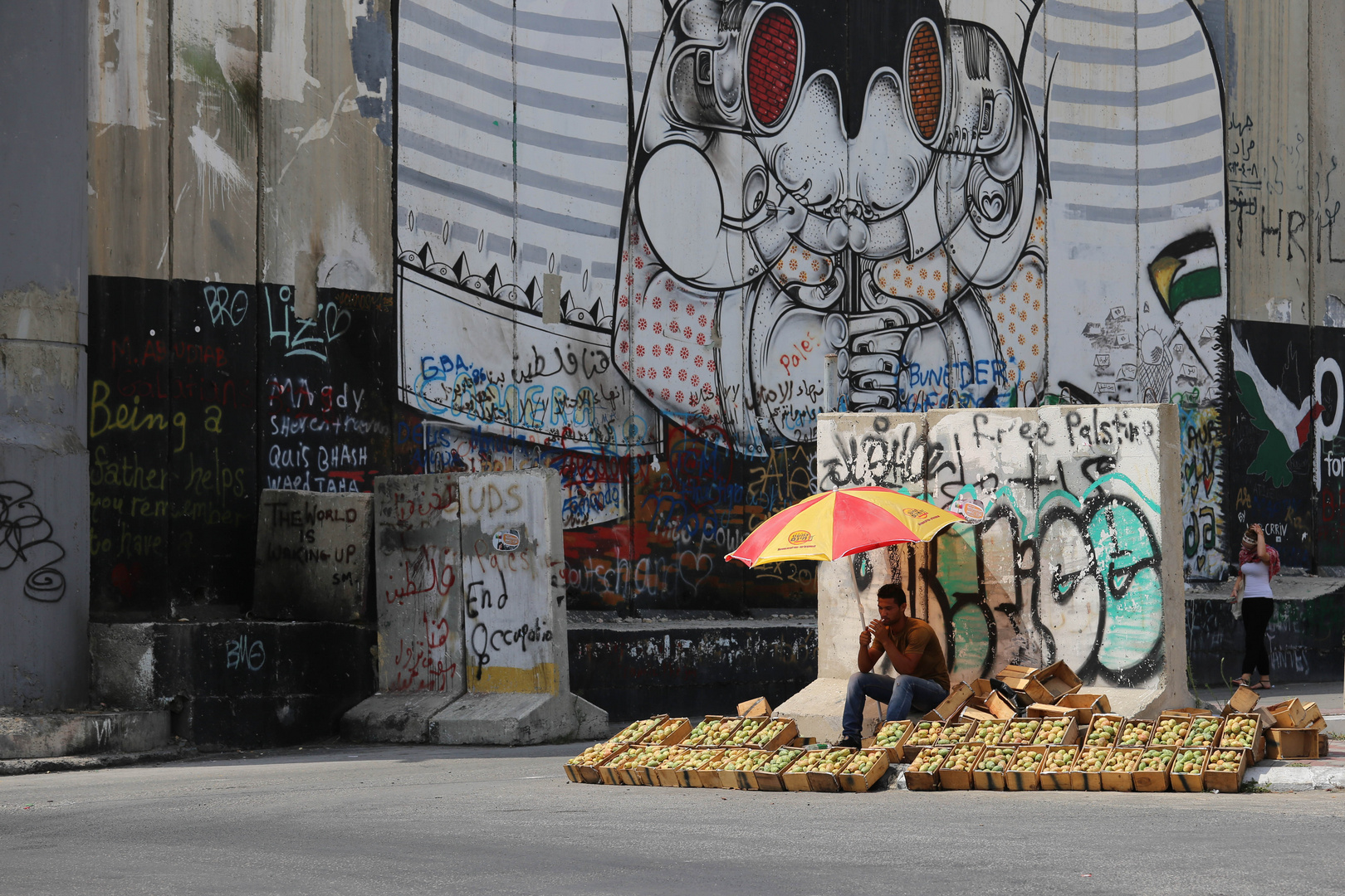 Westbank: Selling fruits in front of the separation wall