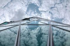 Westhafentower und Schäfchenwolken