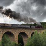 Wie Dazumal dampft der Zug über den Viadukt....