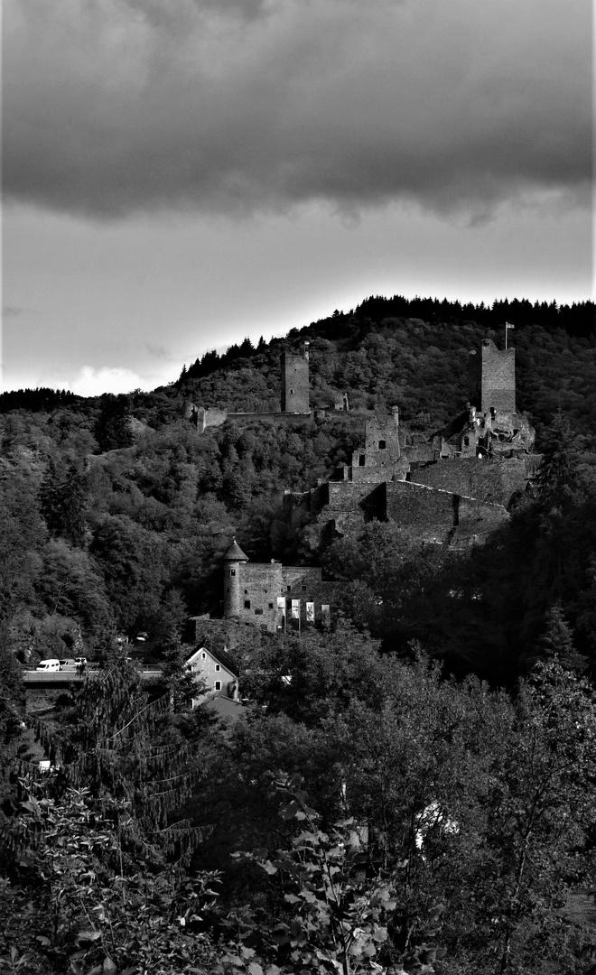 Wie dazumal - Die Manderscheider Burgen mit Ober- und Niederburg
