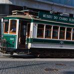 wie dazumal fährt auch heute noch die Strassenbahn durch Porto