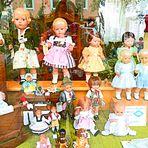 Wie dazumal- Schaufenster mit Schildkröt-Puppen