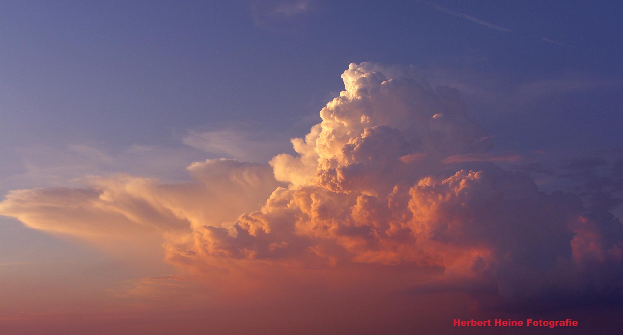 Wie ein Vulkanausbruch, in der Eifel!?......... (Foto II, um 19:35 Uhr)