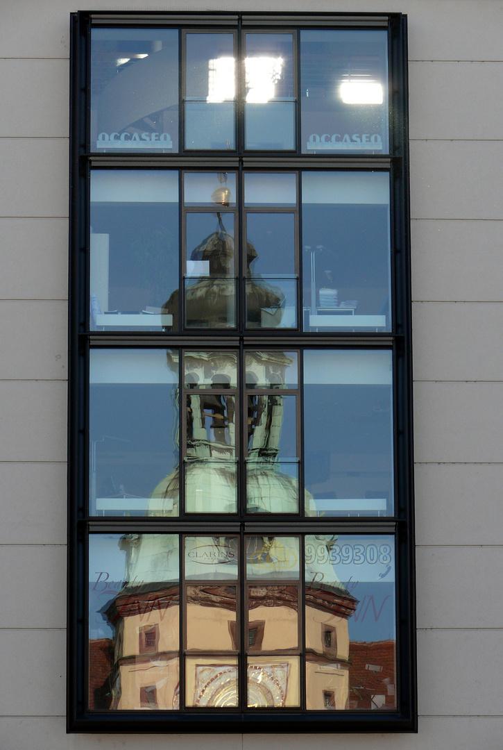 Wie kommt denn der Rathausturm ins Kaufhaus ?