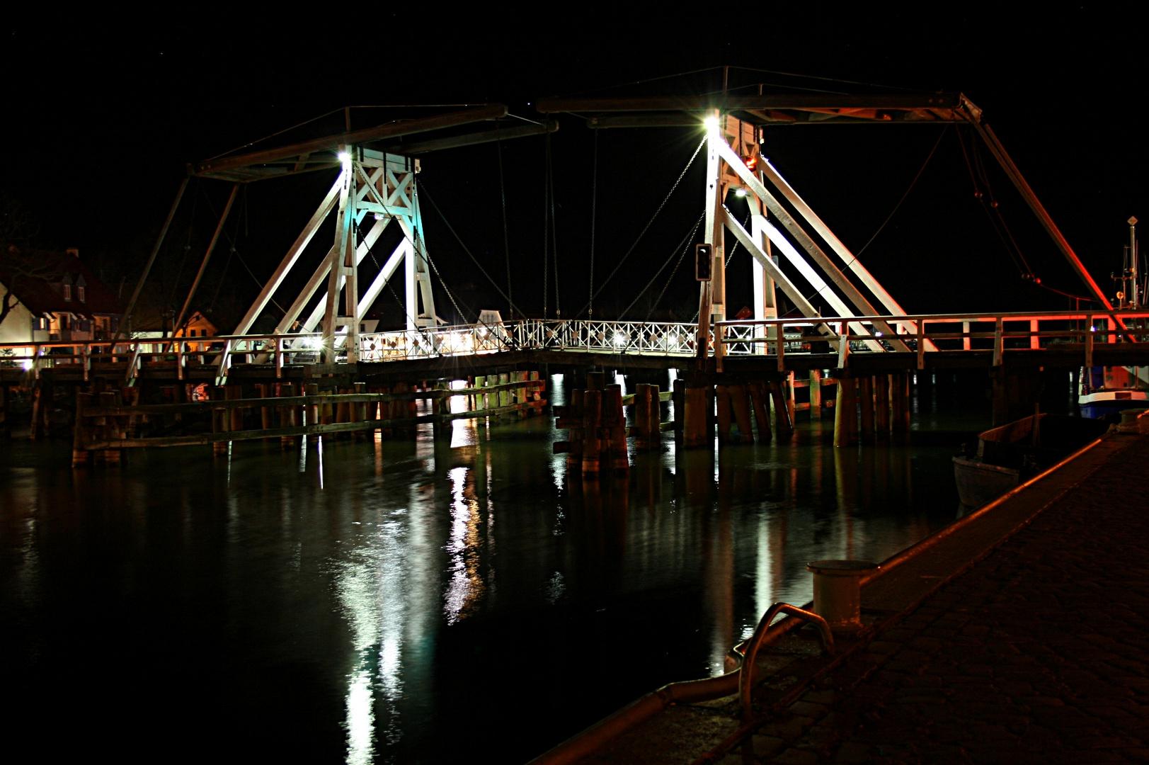 Wieck Brücke bei Nacht.